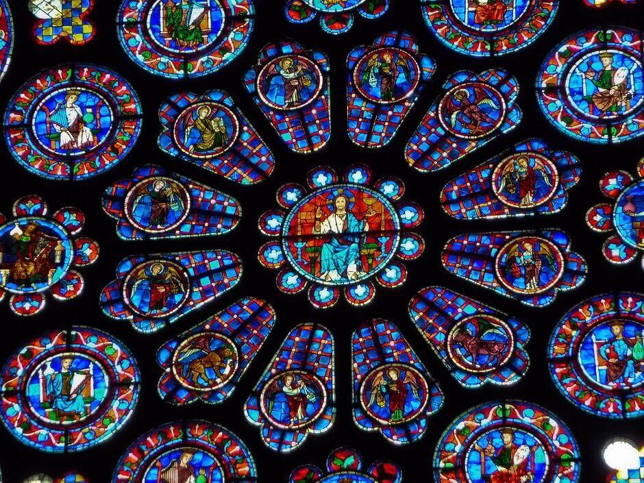 Vue sur les vitraux de la cathédrale de Chartres.