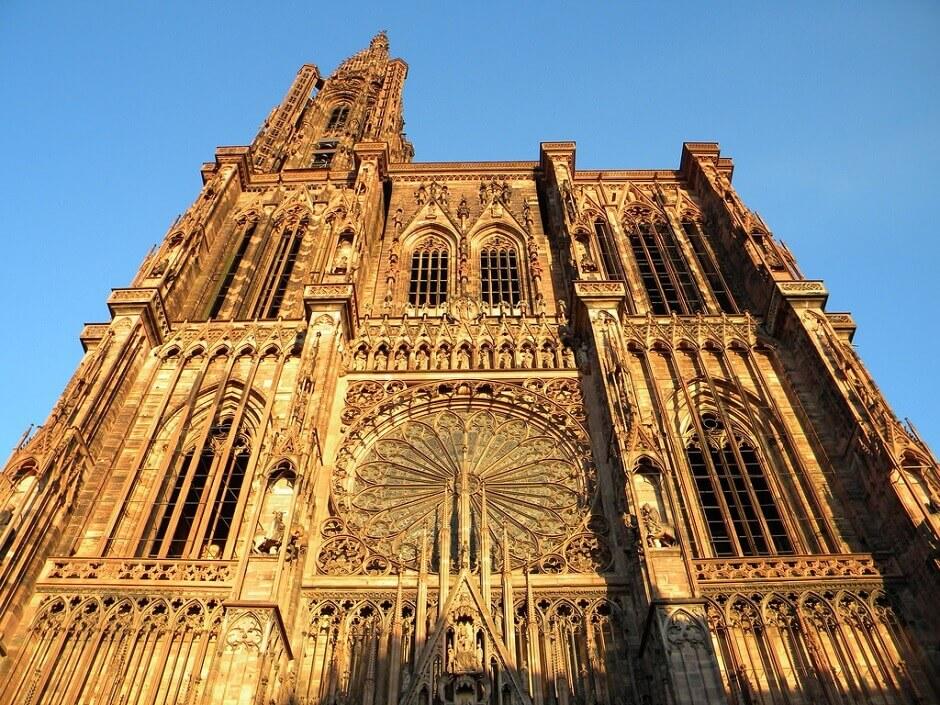 Vue sur la façade de la cathédrale de Strasbourg en Alsace.