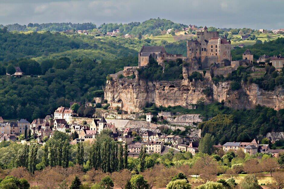 Vue d'un château-fort au sommet d'une falaise.