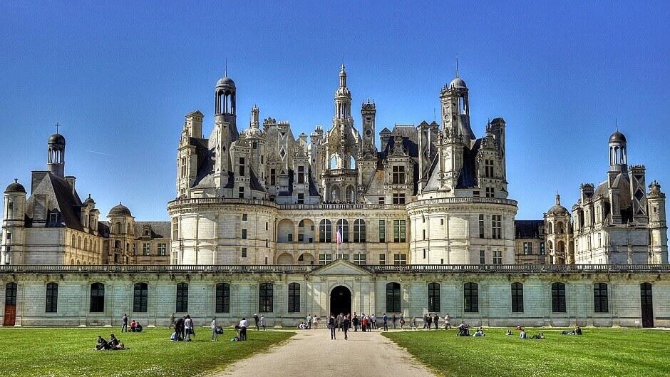 Vue de la façade du château de Chambord.