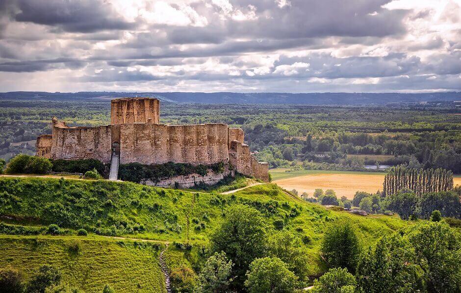 Vue d'un château-fort au sommet d'une colline en Normandie.