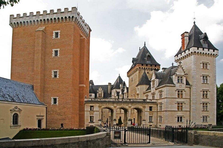 Vue de l'entrée du château de Pau.