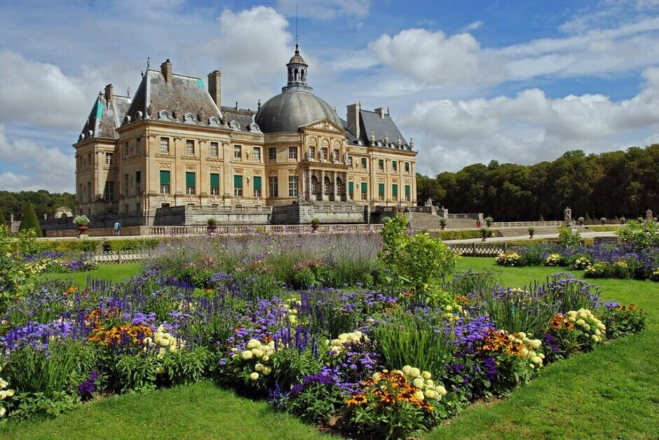 Vue du château de Vaux le Vicomte depuis ses jardins.