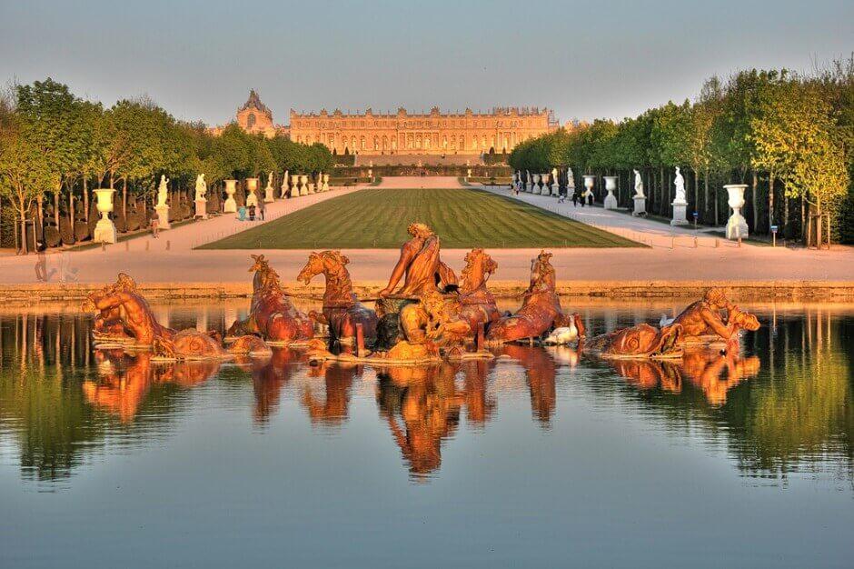 Vue du château de Versailles vu depuis une fontaine du jardin.
