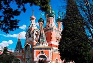 Façade et clochers de la cathédrale russe de Nice.