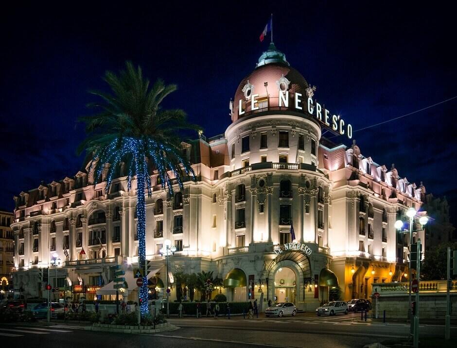 Vue nocturne de la façade de l'hotel Negresco à Nice.