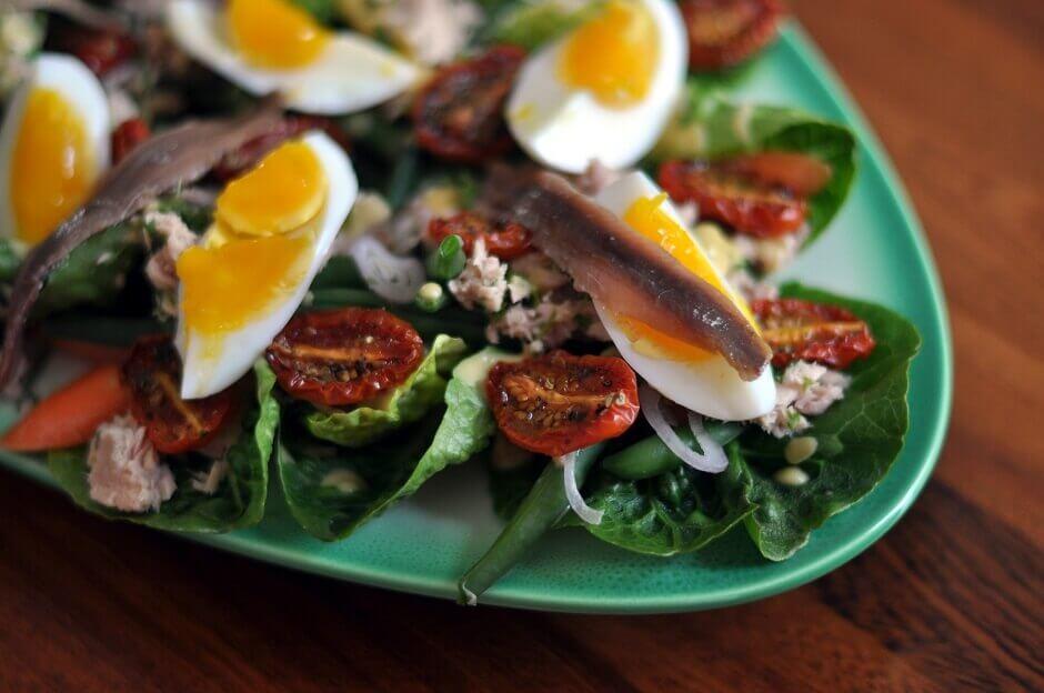 Assiette de salade niçoise dans un restaurant à Nice.