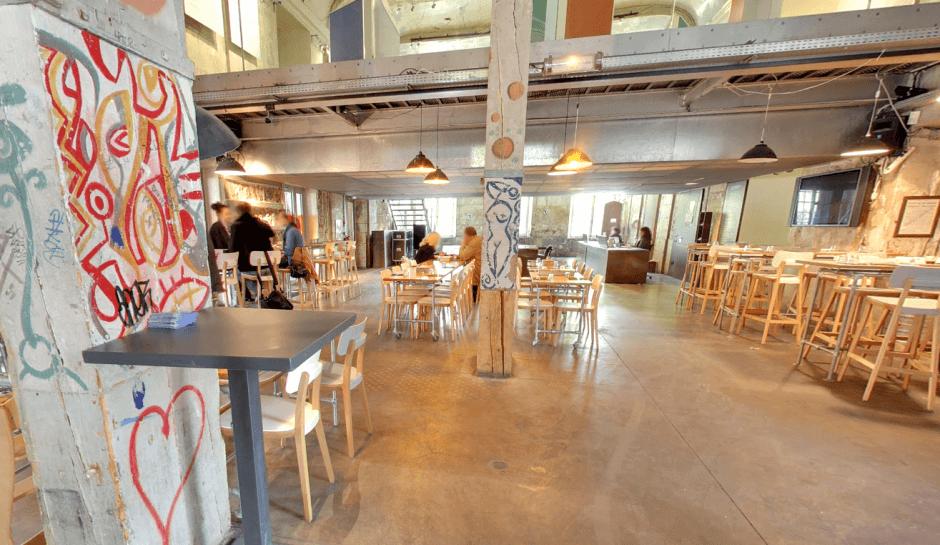 Vue de l'intérieur du Café A à Paris.