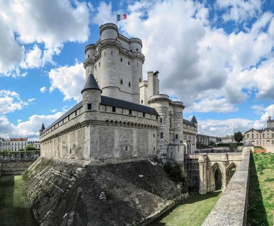 Vue du donjon du château de Vincennes à Paris.