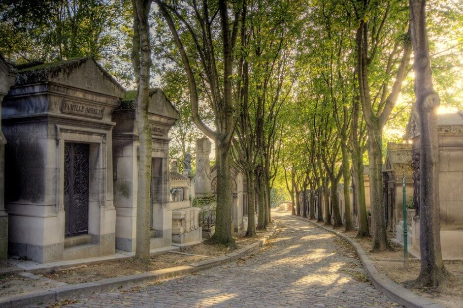 Vue du cimetière d'une allée ombragée du Père-Lachaise à Paris.