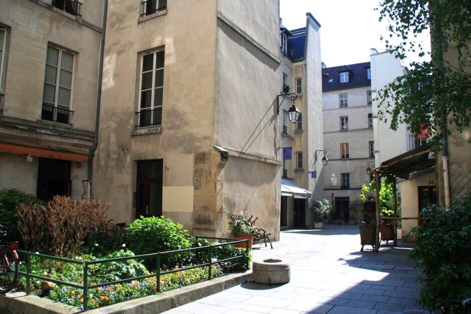 Vue du village Saint-Paul à Paris.