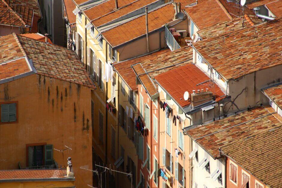 Vue des toits du vieux centre de Nice.