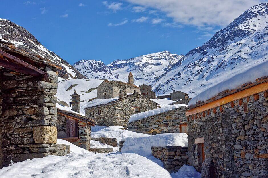 Vue du village de Bonneval-sur-Arc en Savoie sous la neige.