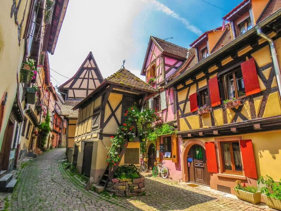 Vue d'une rue dans le village d'Eguisheim en Alsace.