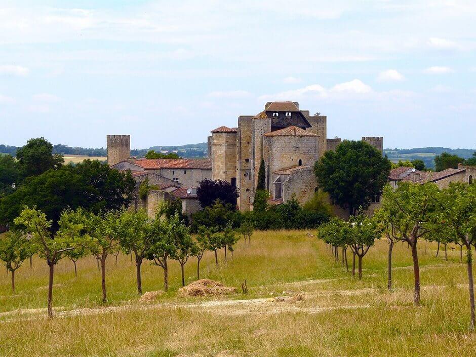 Vue du village de Larressingle dans le Gers.
