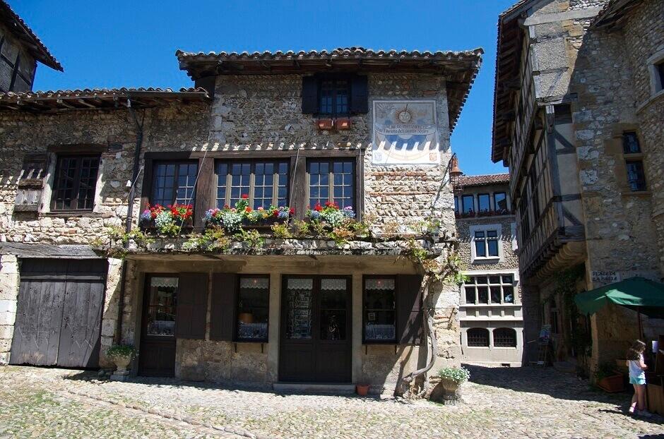 Vue du village de Pérouges près de Lyon.