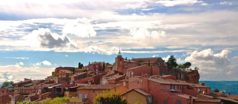 Vue du village de Roussillon dans le Luberon en Provence.