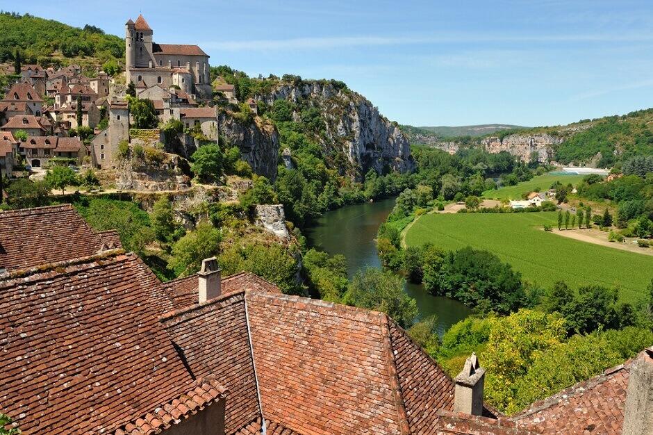 Vue du village de Saint-Cirq-Lapopie dans la vallée du Lot.