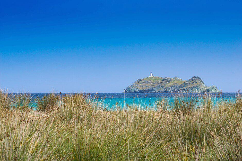 Vue d'une île avec un phare en Corse.