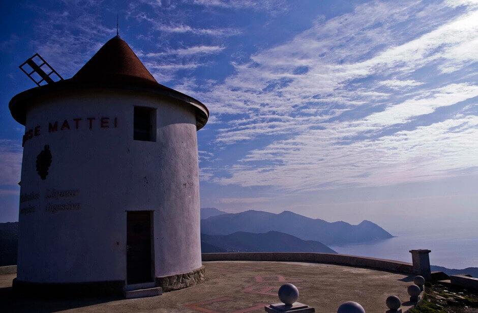 Vue de la mer et des montagnes depuis un moulin à vent en Corse.