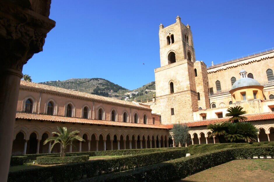 Vue de la cathédrale de Monreale en Sicile depuis son cloître.