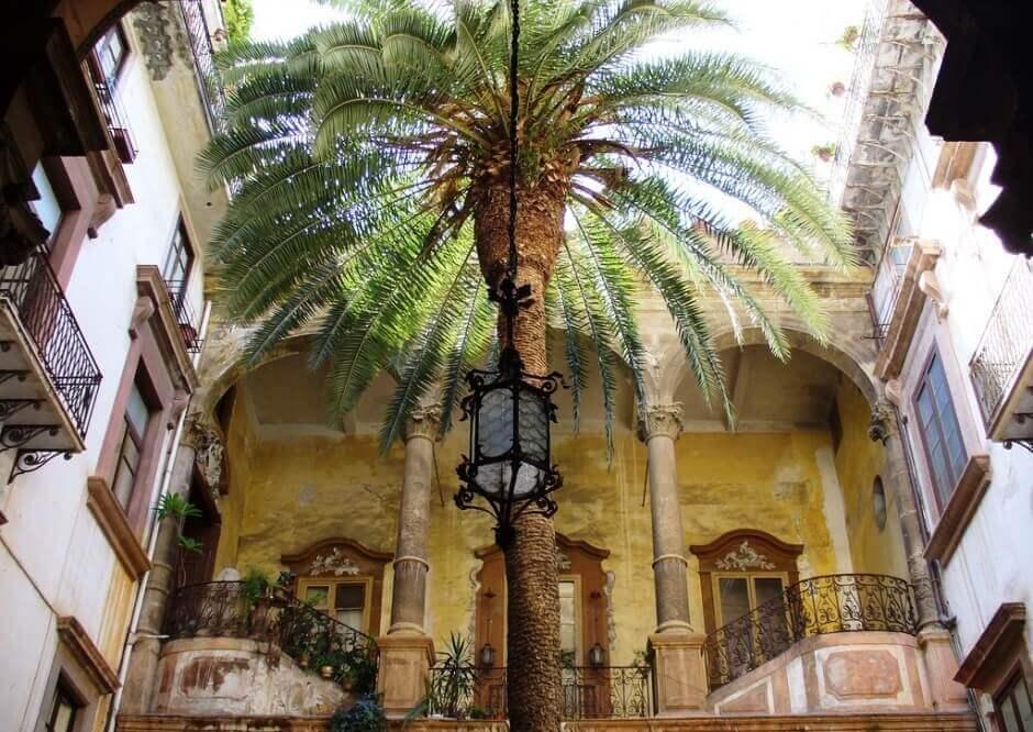 Vue de la cour intérieure d'un palais à Palerme.