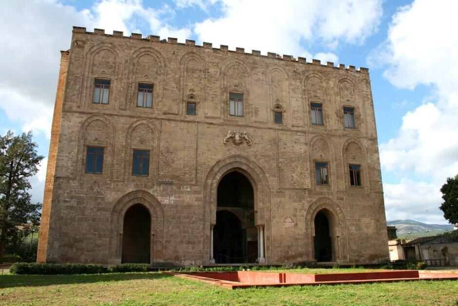 Vue de la façade d'un palais médiéval à Palerme.