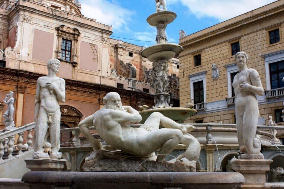 Vue d'une fontaine monumentale à Palerme.