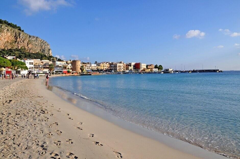 Vue d'une plage de sable à Mondello en Sicile.