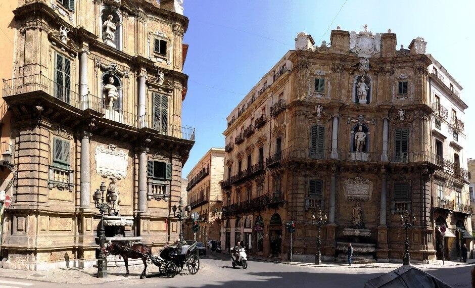 Vue d'un croisement avec de belles façades à Palerme.