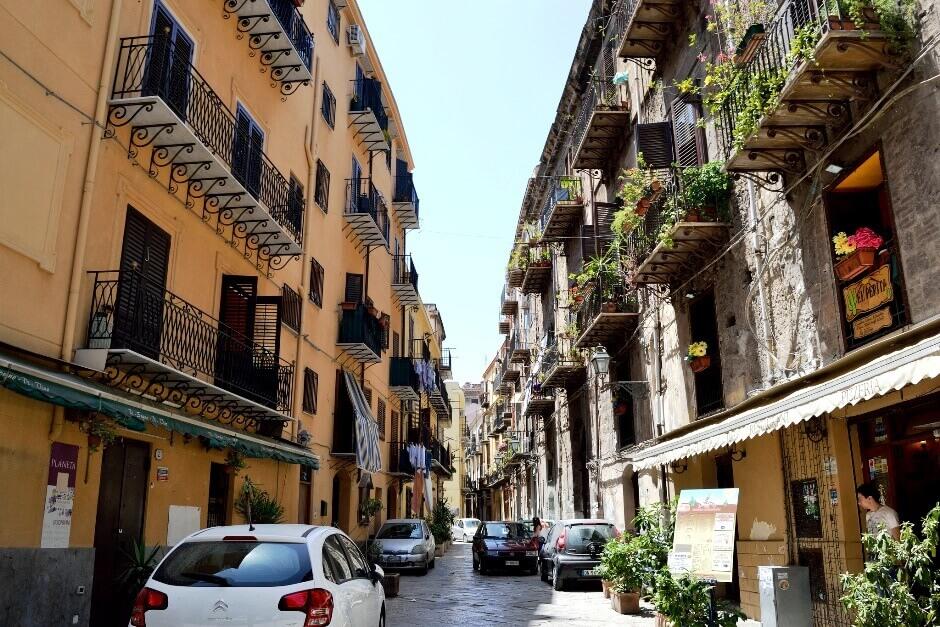 Vue d'une ruelle étroite à Palerme.
