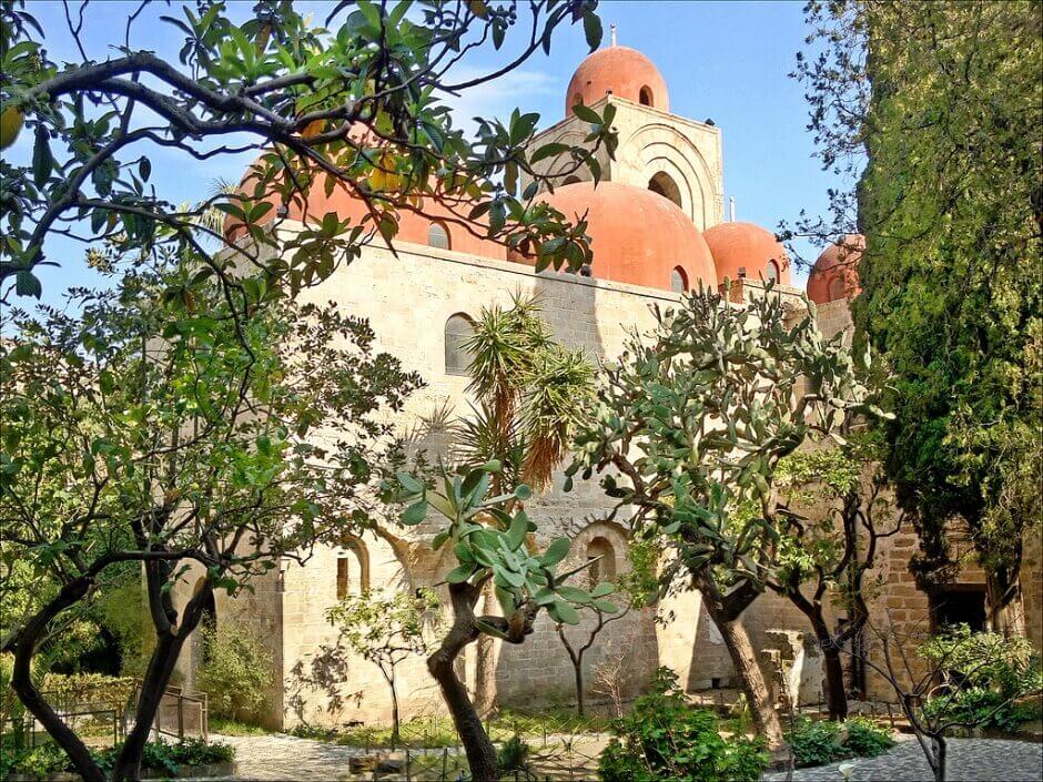 Vue d'un jardin près d'une église à Palerme.