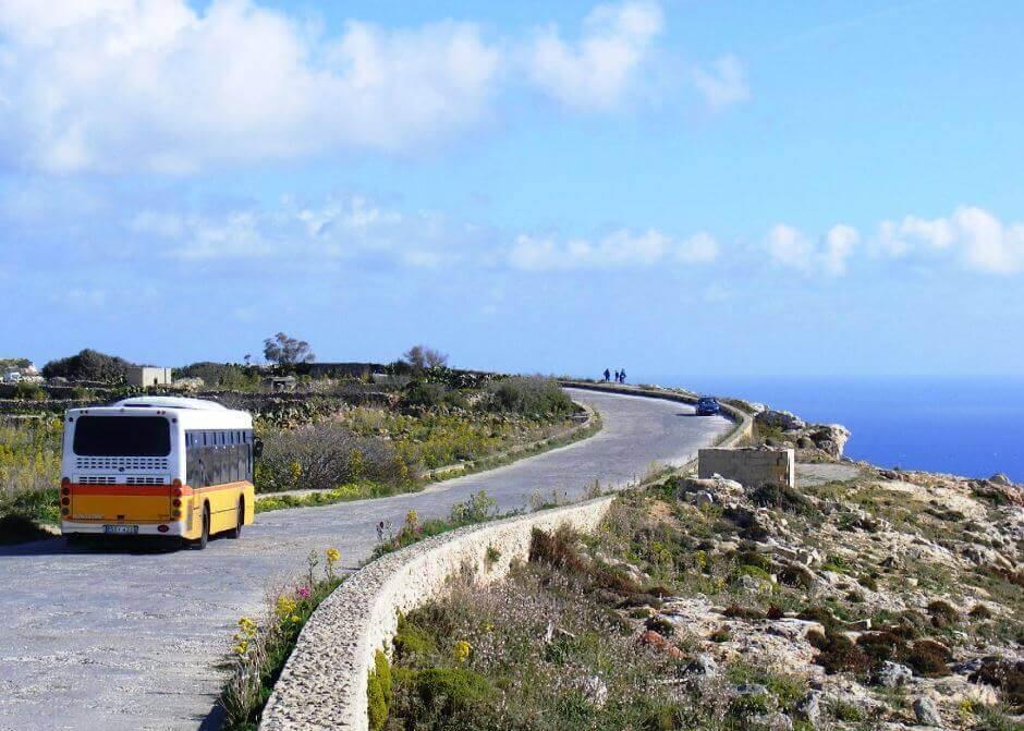 Un bus jaune à Malte.
