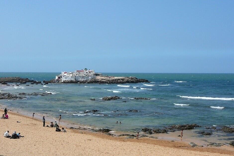 Vue d'une plage et d'une petite île à Casablanca.