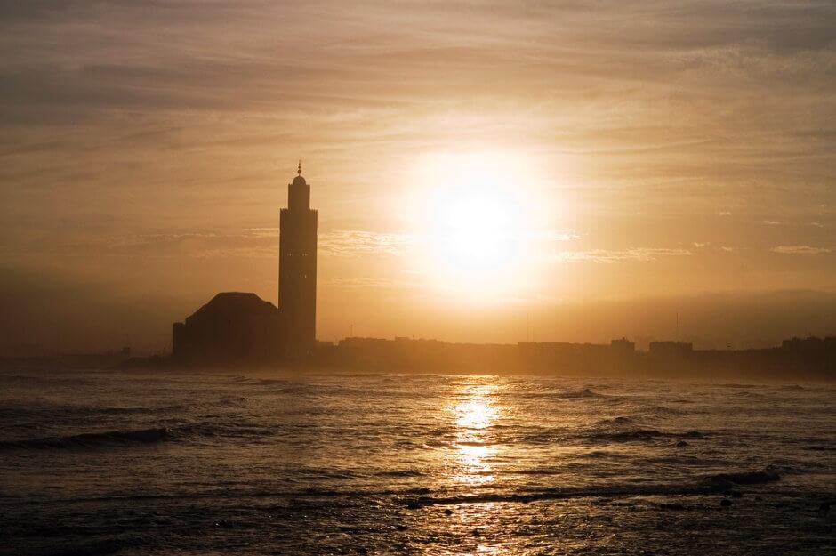 Mosquée face à la mer à Casablanca au Maroc.