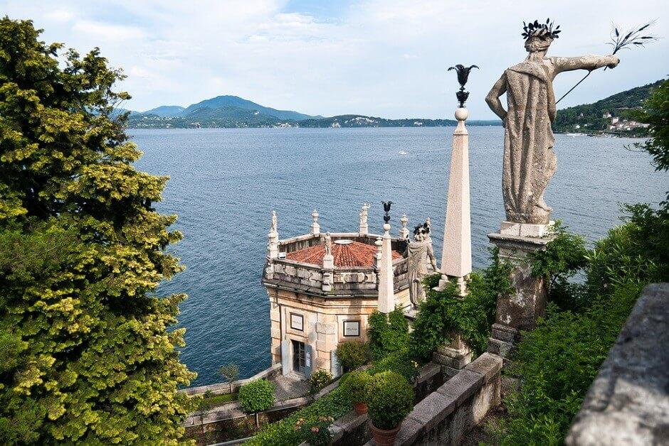 Jardin baroque au bord d'un lac en Italie.