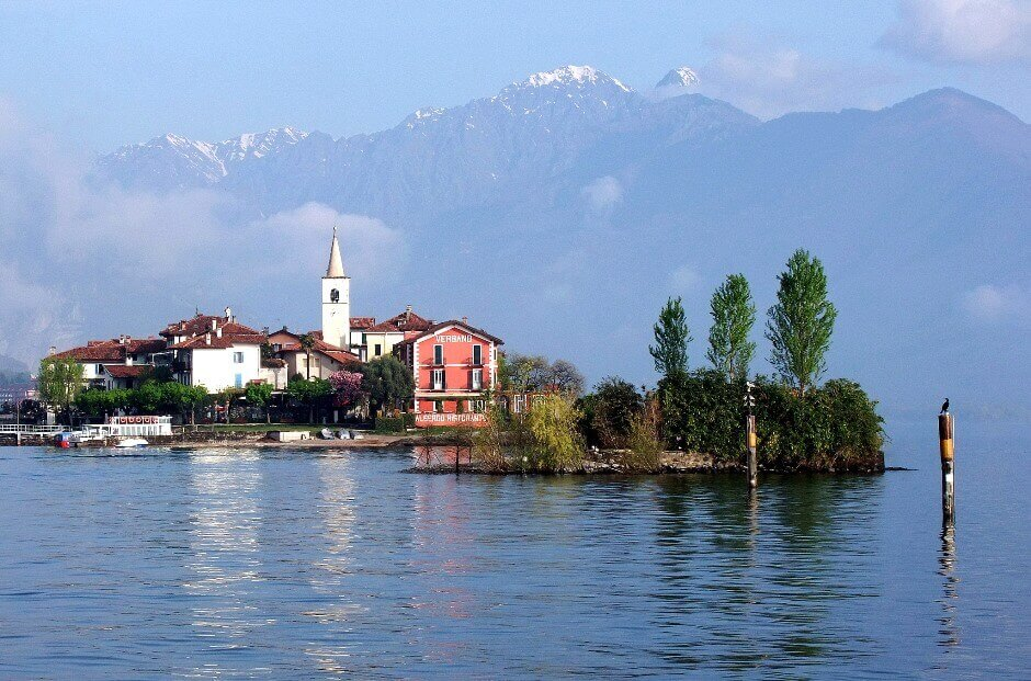 Un village sur une île en Italie.