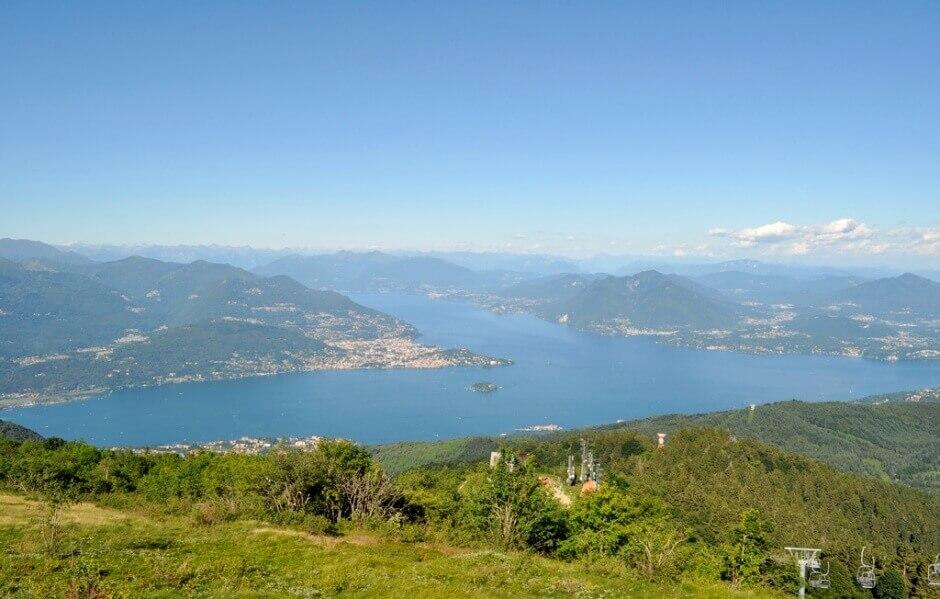 Panorama sur un lac en Italie.