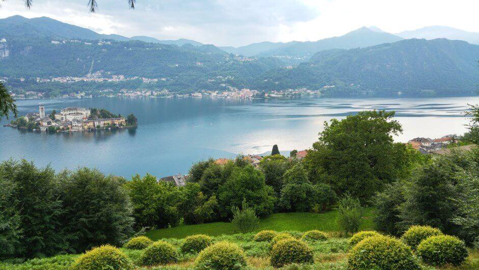 Vue sur un lac de montagne en Italie.