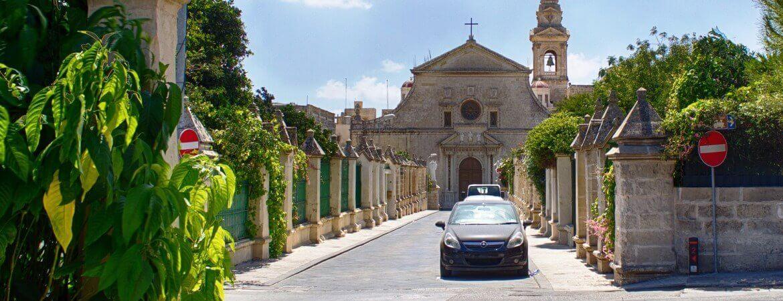 Voitures dans une rue de Malte.