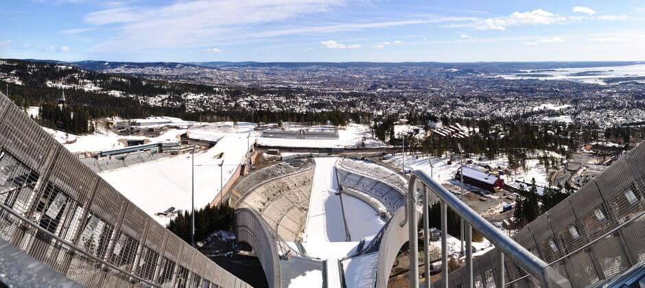 Vue sur Oslo depuis le tremplin de saut à ski de Holmenkollen.