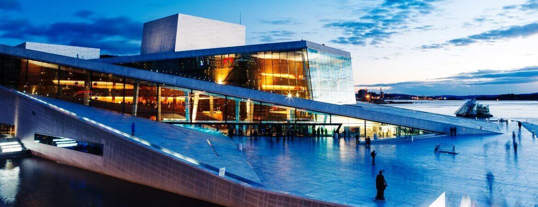 L'opéra d'Oslo à la nuit tombée.