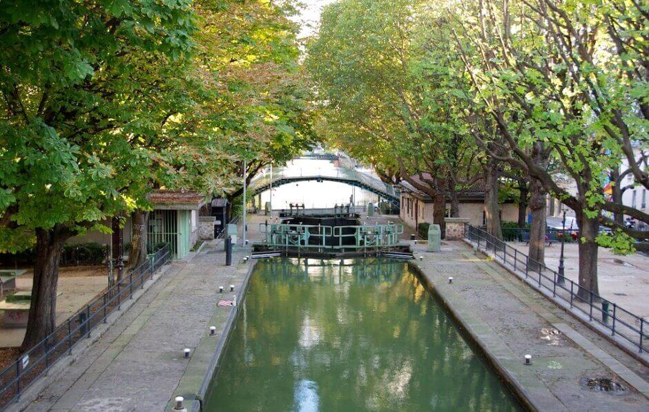 Vue d'un canal sous les arbres à Paris.