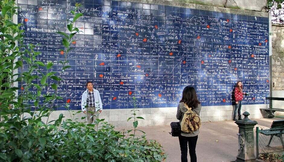 Vue d'un mur couvert d'inscriptions à Paris.