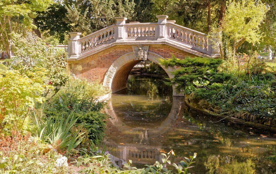 Vue d'un petit pont dans un parc de Paris.