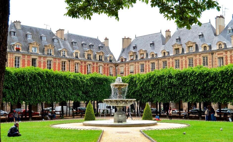 Vue de la place des Vosges à Paris.