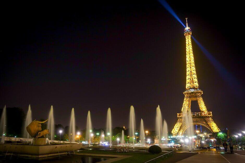La tour Eiffel de nuit à Paris.