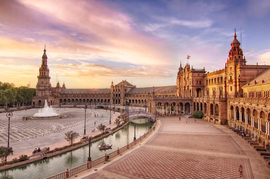 Vue d'une place à Séville en Espagne.