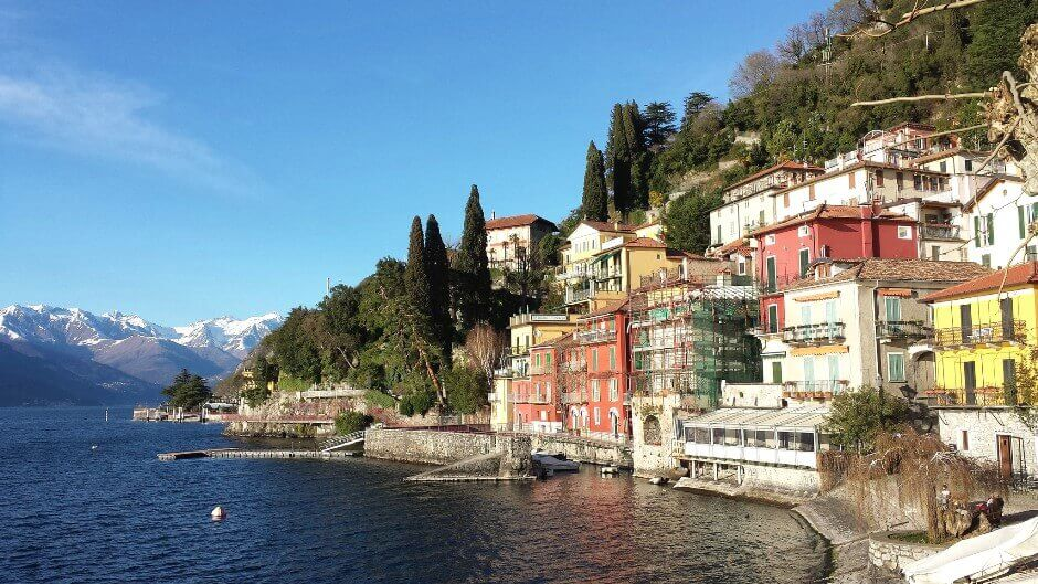 Vue d'un village au bord d'un lac de montagne en Italie.
