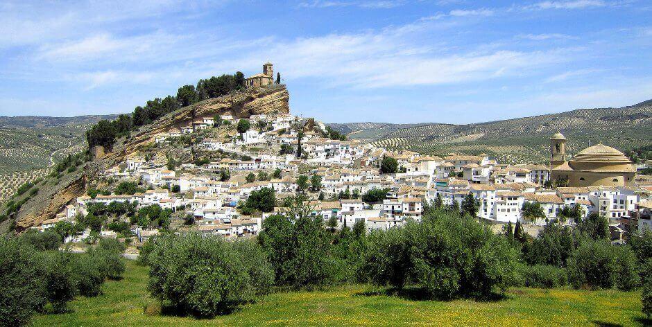 Vue d'un village blanc en Andalousie.
